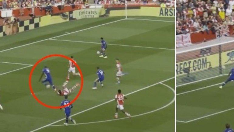 Ромелу Лукаку сносит защитника «Арсенала».