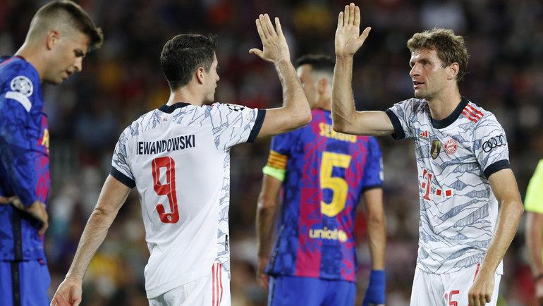 Томас Мюллер (справа) иРоберт Левандовски празднуют гол вматче «Барселона»— «Бавария»— 0:3 вБарселоне 14сентября. Фото Reuters
