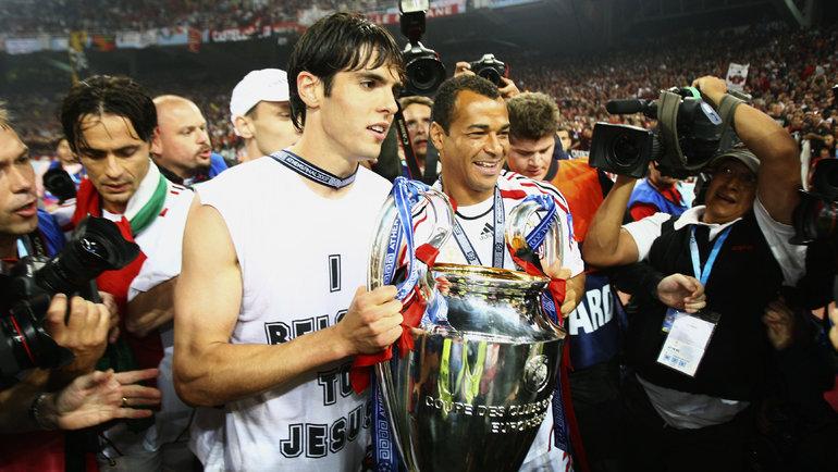23мая 2007 года. Афины. «Милан»— «Ливерпуль»— 2:1. Кака иКафу строфеем. Фото Getty Images