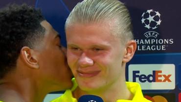 Беллингем поцеловал Холанна вовремя послематчевого интервью