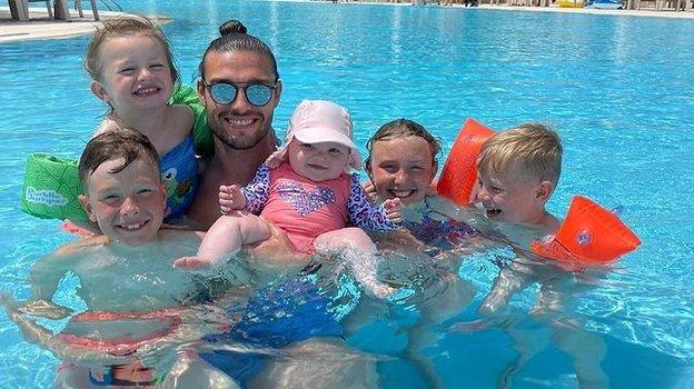 Энди Кэрролл с детьми. Фото Instagram