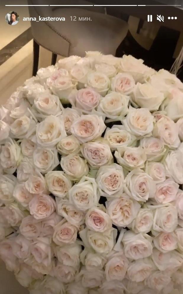 Анна Кастерова показала огромный букет цветов, который ейподарил Малкин. Фото Instagram