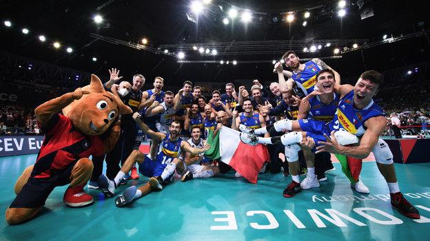 Сборная Италии празднует победу начемпионате Европы. Фото CEV