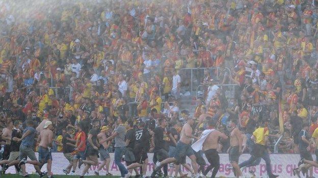 Беспорядки настадионе. Фото Get French Football News.