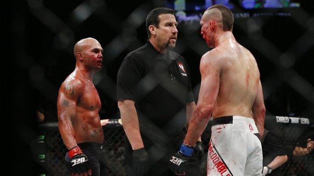 Робби Лоулер против Рори Макдональда. Фото MMA Fighting