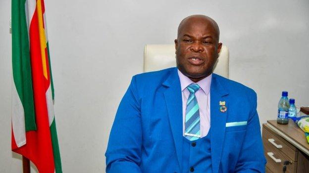 Вице-президент Суринама сыграл вмеждународном матче в60 лет. Онразыскивается Интерполом, имеет 50 детей иустроил гражданскую войну