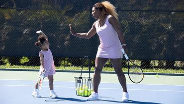 Серена Уильямс сдочкой играет втеннис. Фото People