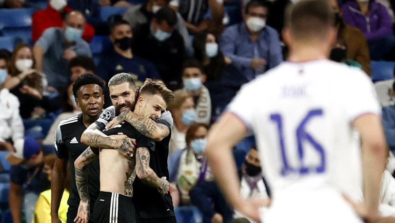 28сентября. Мадрид. «Реал»— «Шериф»— 1:2. Автор победного гола Себастьен Тилль принимает поздравления партнеров.
