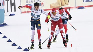 Александр Большунов ломает палку впротивостоянии сЙоханнесом Клебо. Фото Global Look Press