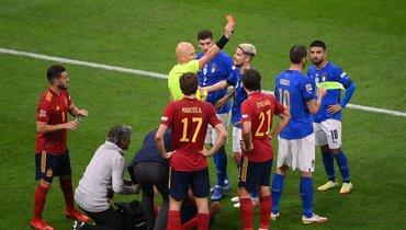Италия— Испания— 1:2. Сергей Карасев удаляет Леонардо Бонуччи. Фото AFP