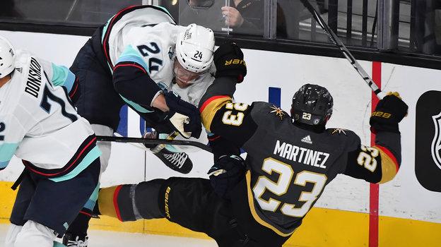 13октября. Лас-Вегас. «Вегас»— «Сиэтл»— 4:3. Джейми Олексяк (24-й номер) против Алека Мартинеса (23-й). Фото USA Today Sports
