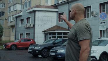 Федор показывает проход кшкольному стадиону, где бегал вмолодые годы 3км поутрам.