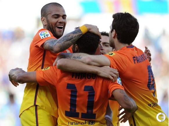 "Футболист ""Барселоны"" отмечают гол ТИАГУ. Фото AFP."