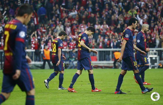 """Расстроенные футболисты """"Барсы"""" покидают поле. Фото REUTERS."""