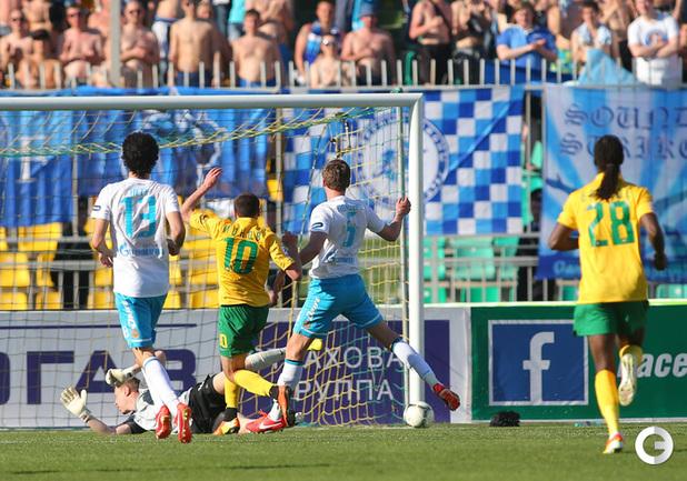 Алексей Ионов попадает в штангу на последних секундах матча.
