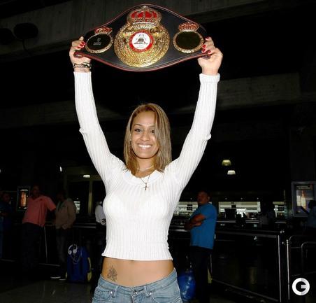 Венесуэльская модель, актриса и телеведущая Оглейдис СУАРЕС, выступающая на профессиональном ринге, стала чемпионкой мира в весе до 57 килограммов по версии WBA.