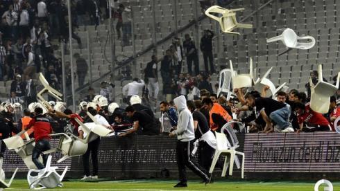 Массовая драка фанатов в турецком дерби