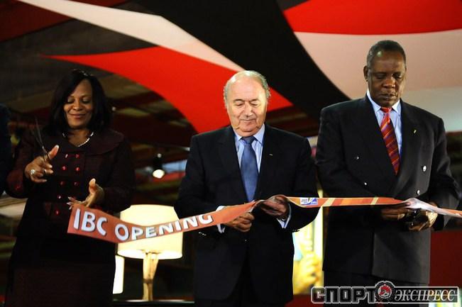 Йозеф Блаттер открывает телерадиоцентр в Йоханнесбурге.