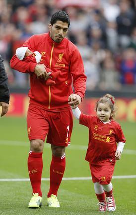 Луис СУАРЕС вышел на игру со своими детьми. Фото REUTERS.