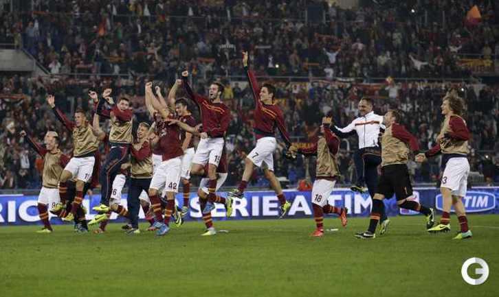 """Футболисты """"Ромы"""" празднуют юбилейную победу. Фото REUTERS."""