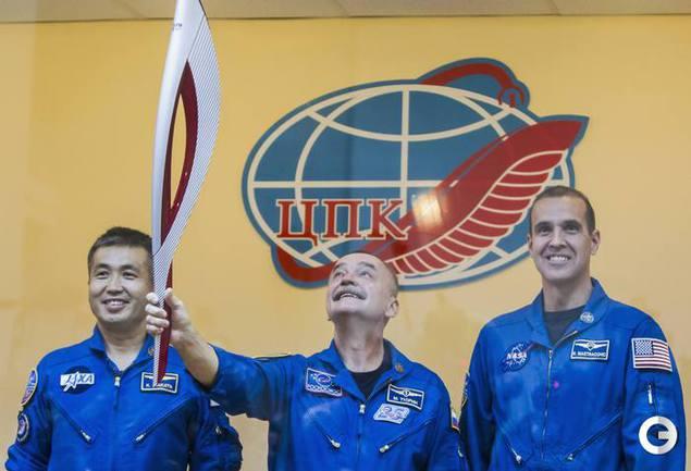 Космонавты Коити Вакато (Япония), командир корабля Михаил Тюрин (Россия), Ричард Мастраккио (США).