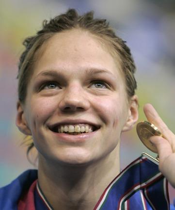 2007 год. 15-летняя Юлия ЕФИМОВА на чемпионате Европы на короткой воде взяла три золота: 50 м брассом, 100 м брассом, 200 м брассом. .
