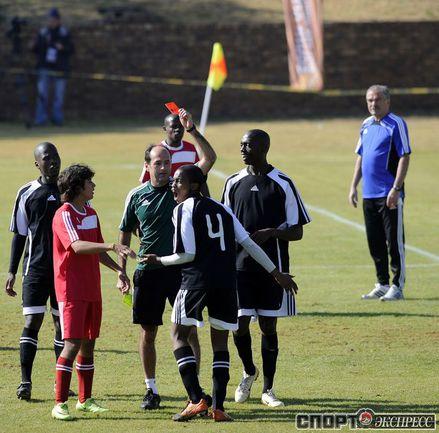 Бразильский судья Карлус Симон показывает красную карточку во время учебного матча.