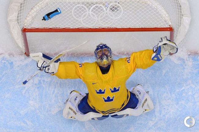 Голкипер шведов Хенрик ЛУНДКВИСТ празднует выход своей команды в финал.