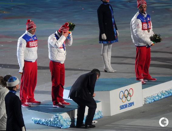 Томас Бах поднимает перчатку Максима Вылегжанина.