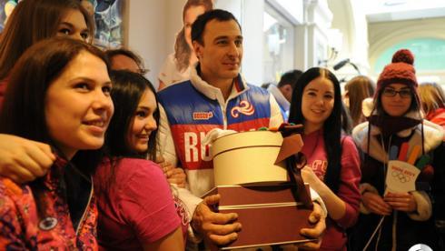 Автограф-сессия экипажа Зубкова в ГУМе