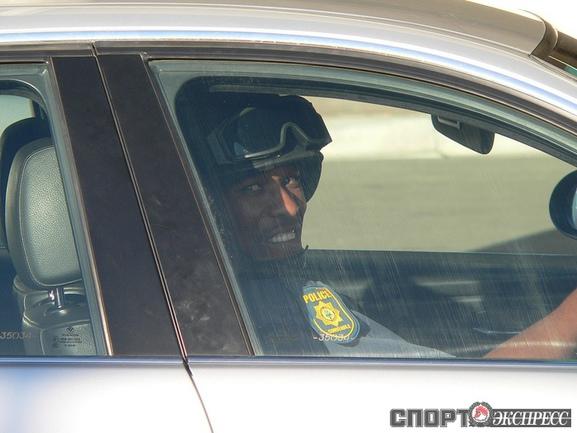 Полицейский, сопровождающий автобусы с командами ЧМ  .