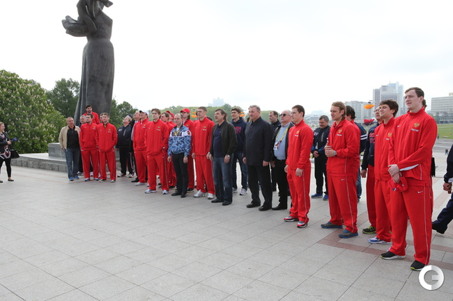 Игроки сборной возложили цветы к монументу «Минск — город-герой»