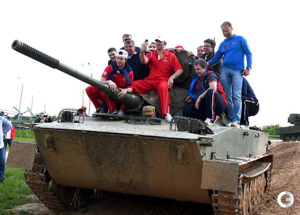 Сборная России на танке, Овечкин - за пулеметом