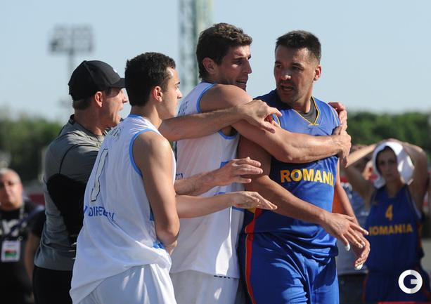 Стычка в матче сборных Аргентины и Румынии.