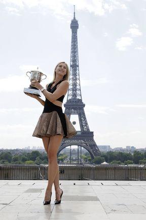Шарапова позирует с Кубком Roland Garros