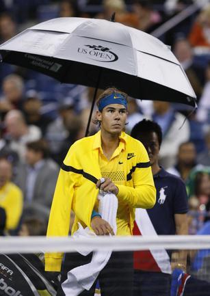 Матч Рафаэля НАДАЛЯ с Фернандо Гонсалесом был прерван из-за дождя. Фото REUTERS.