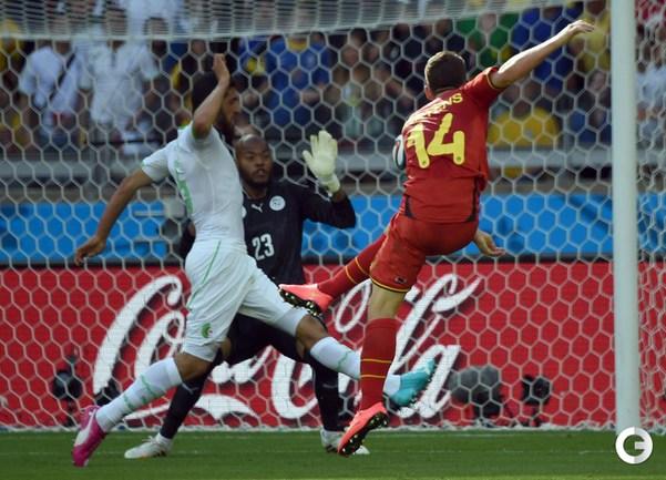 Дрис Мертенс забивает победный гол в ворота сборной Алжира.