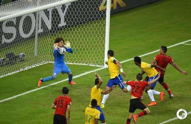 Мексиканский вратарь Гильермо Очоа спасает ворота после удара в упор Тиагу Силвы на последних минутах матча.