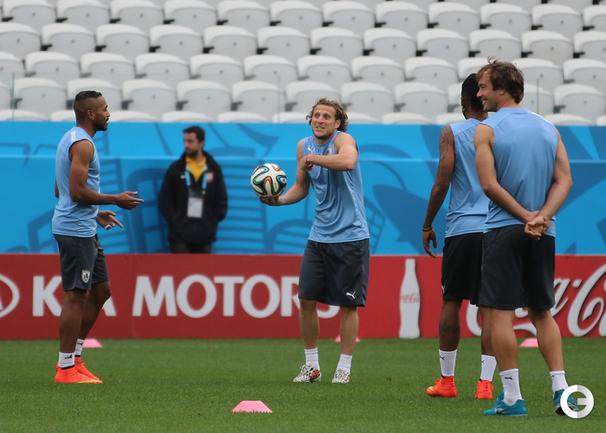 Форлан и Суарес на тренировке сборной Уругвая