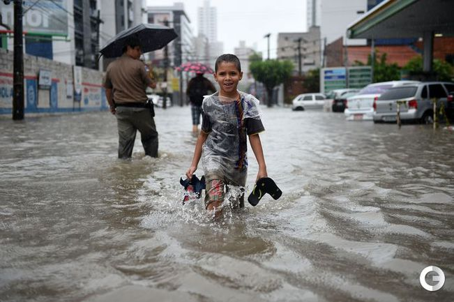 Футбольный праздник в Ресифе под проливным дождем