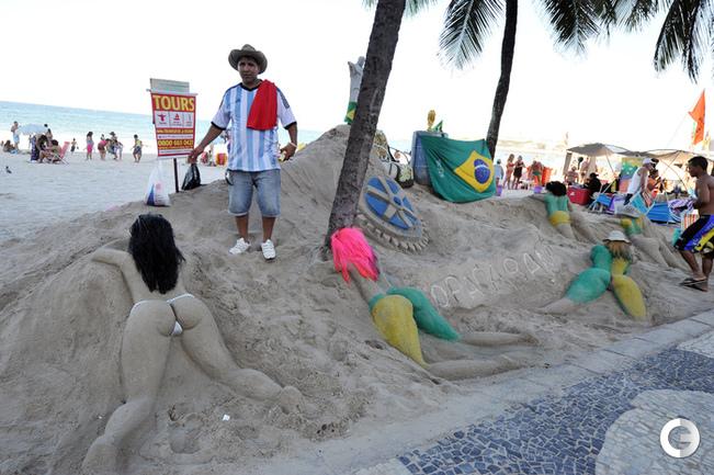 Женские фигуры на песке Копакабаны