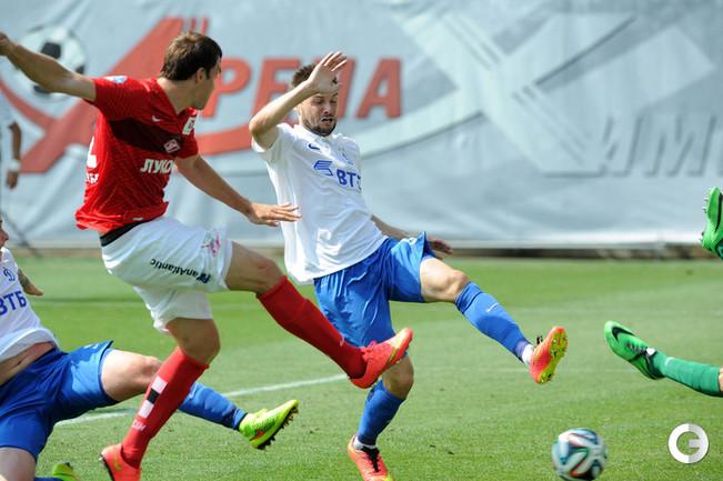 Артем Дзюба забивает победный гол.