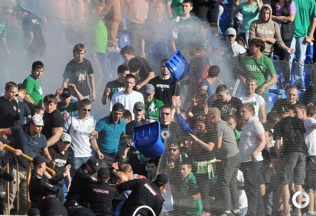 Креслопад в Новосибирске: фанаты громят стадион в сибирском дерби