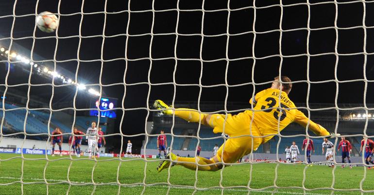 Игорь Акинфеев пропускает гол с пенальти.