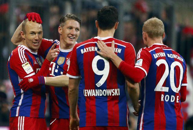 """Игроки """"Баварии"""" поздравляют Арьена РОББЕНА (крайний слева) с голом."""