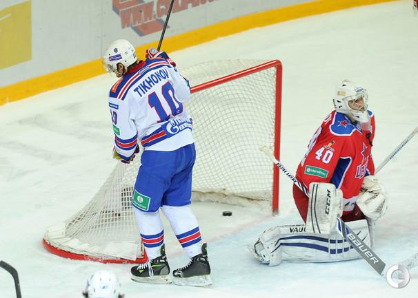 Виктор Тихонов забрасывает 2-ю шайбу.