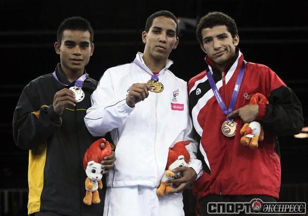 Эммануэль Родригес(в центре) .