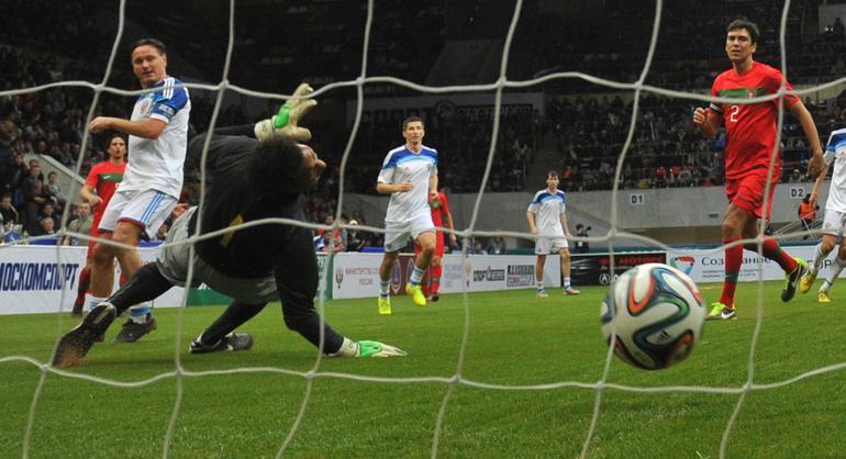 Дмитрий Аленичев забивает гол в ворота португальцев.