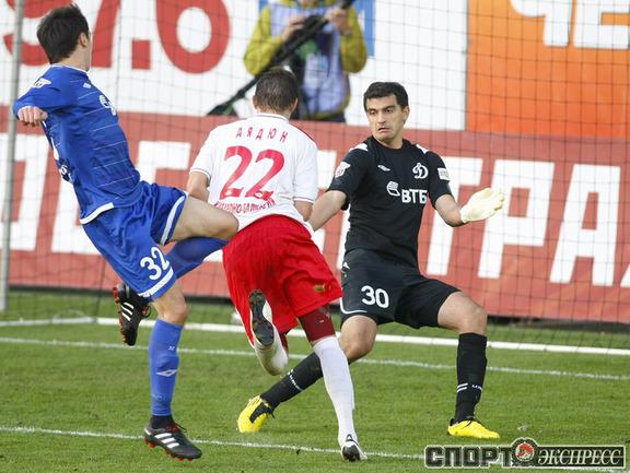 Владимир Дядюн забивает третий гол.