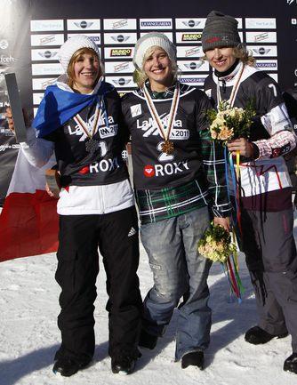 ЛИНДСИ ДЖАКОБЕЛИС(в центре) - Nelly Moenne Loccoz(слева) - Dominique Maltais(справа) .